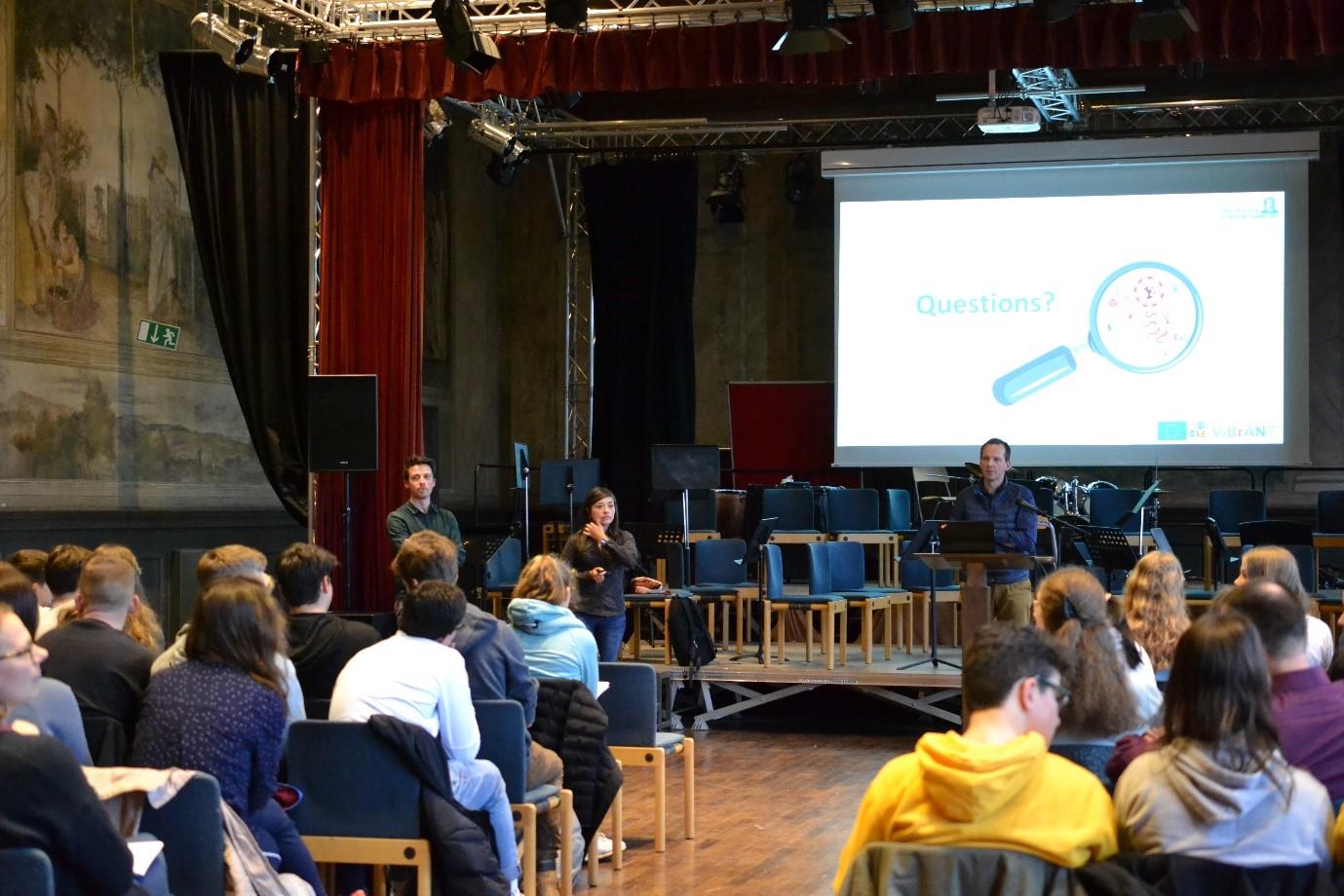 Figuur 2. Voorstelling van mijn onderzoeksproject aan laatstejaarsstudenten in een Duitse middelbare school.